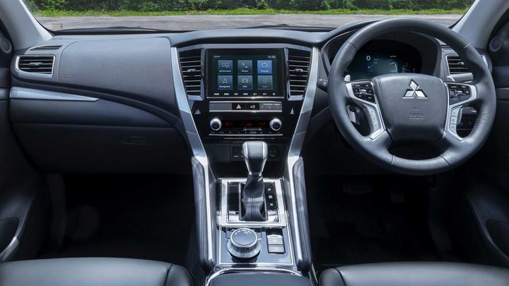 Nội thất Mitsubishi Pajero Sport 2020 được nâng cấp đáng kể